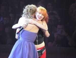 Dançando ao som de Paramore, Taylor Swift viraliza na internet em vídeo de 2009