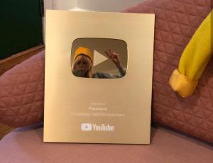 Canal do Paramore atinge 1 milhão de inscritos e recebe placa de ouro do YouTube!